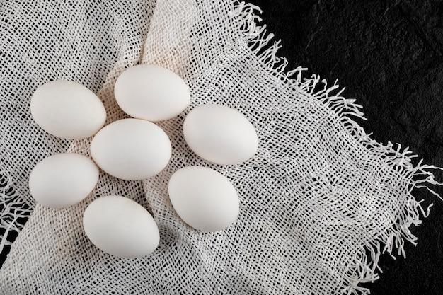 黄麻布に生卵の山。