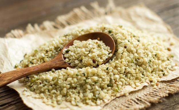 숟가락으로 생 쌀된 대마 씨앗 더미를 닫습니다.