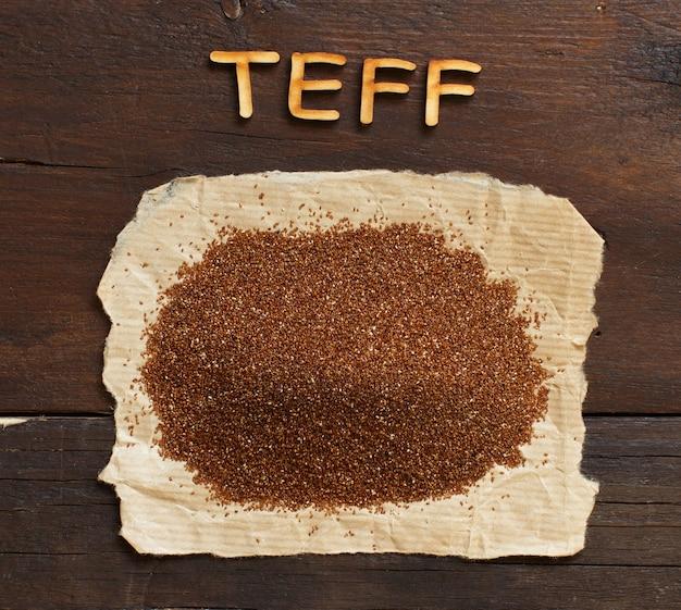 スプーンで未調理のテフ穀物の山をクローズアップ