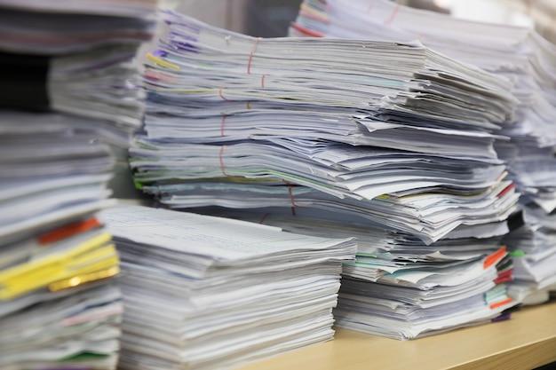 사무실 책상에 미완성 문서 더미, 비즈니스 종이의 스택