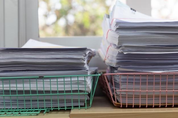 사무실 책상에 미완성 문서 더미