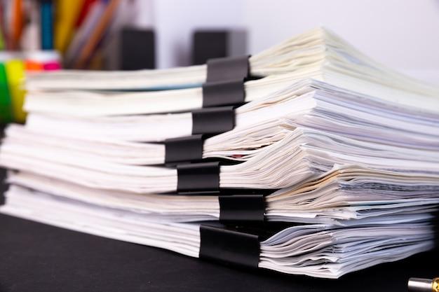 机の上の未完成の文書の山 Premium写真