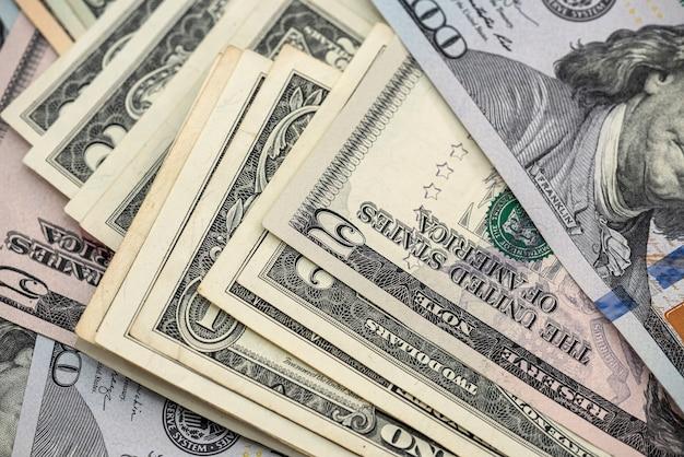 デザインの背景としての米ドルの山。財務コンセプト