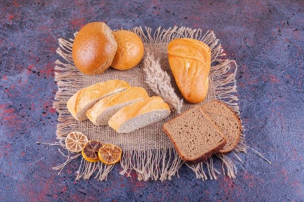 블루에 다양 한 슬라이스 신선한 빵 더미입니다.
