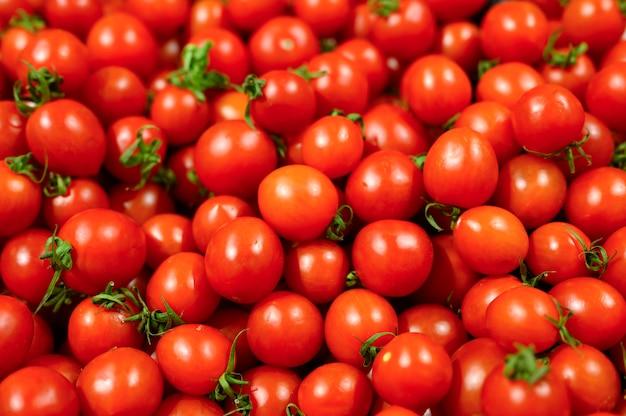 背景として野菜の赤いミニトマトの山