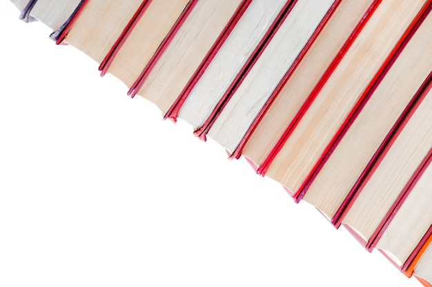 ハードカバーのヴィンテージ紙オレンジ本の山。秋の読書リスト。