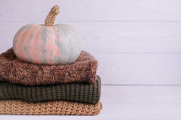 Куча теплых вязаных свитеров с тыквой