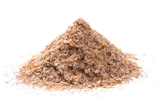 白い背景に分離された小麦ふすまの山