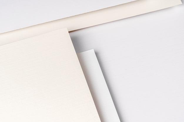 Куча листов белой картонной бумаги с копией пространства, бизнес-концепция