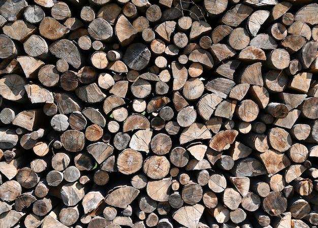 冬の準備ができている木の丸太の山。木の丸太のテクスチャの背景