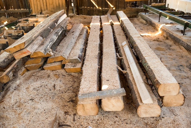 木材工場における木の板の山