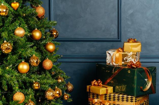 크리스마스를 위한 포장된 녹색 및 금색 선물 더미