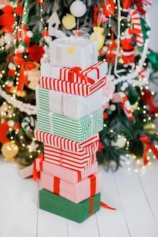 Куча упакованных подарков под елкой