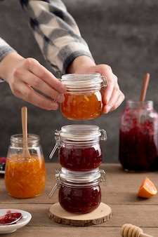 Mucchio di marmellata deliziosa fatta in casa di frutta di bosco e arancia