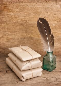 Свая пакет, обернутый коричневой крафт-бумагой и иглой