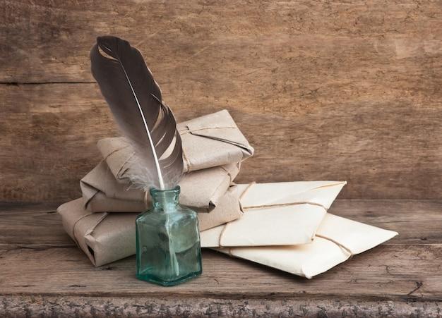 Свая, обмотанная коричневой крафт-бумагой и перевязанная шпагатом