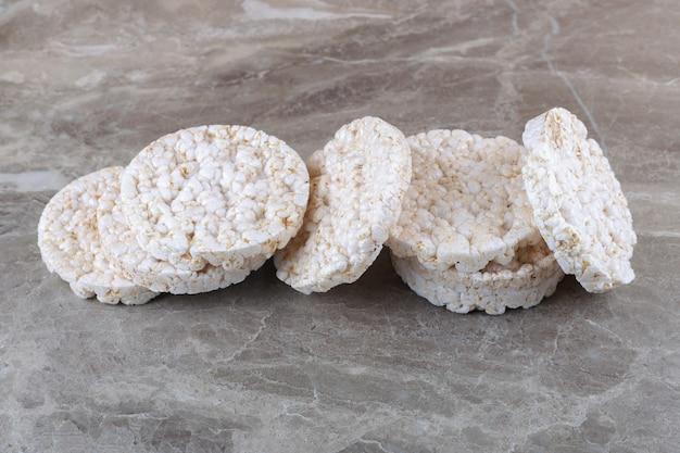 Un mucchio di torte di riso soffiato, sullo sfondo di marmo.