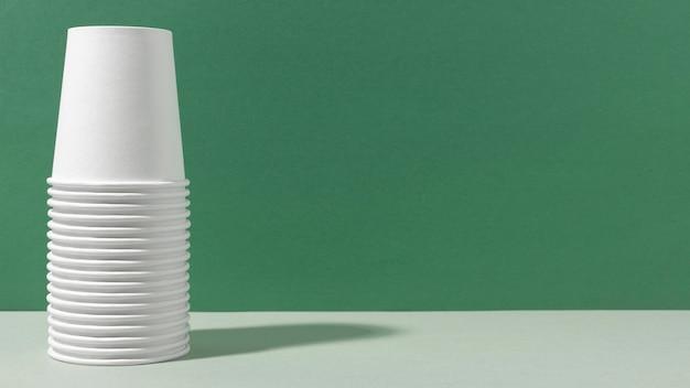 Pila di tazze capovolte copia spazio