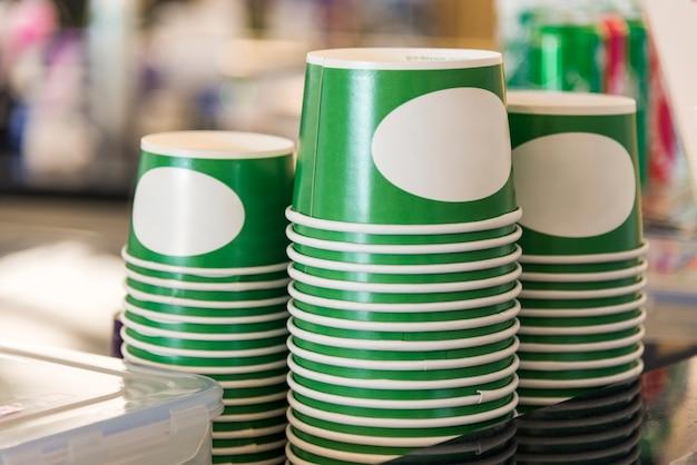Una pila di contenitori per tazze usa e getta capovolti