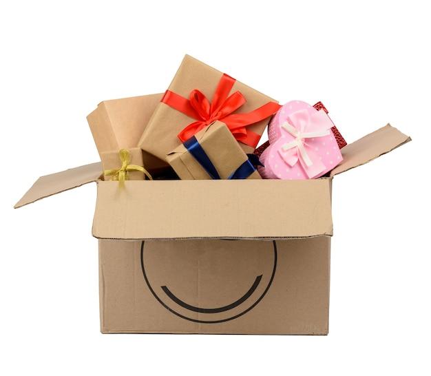 갈색 큰 상자에 쌓여 다양 한 포장 된 선물 더미 흰색 배경에 고립