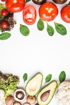 Mucchi di verdure ed erbe assortite