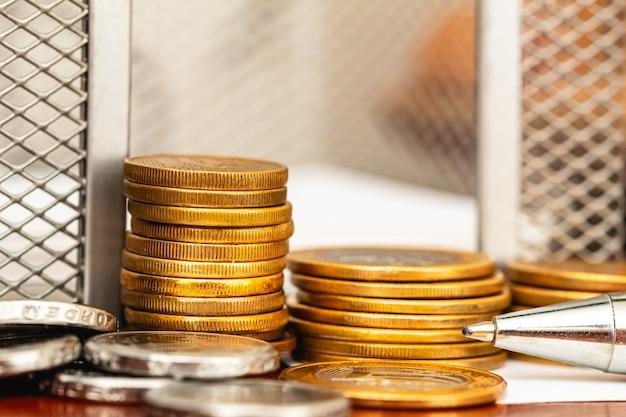 브라질 경제 및 금융 개념을 위한 나무 탁자에 있는 브라질 동전 더미