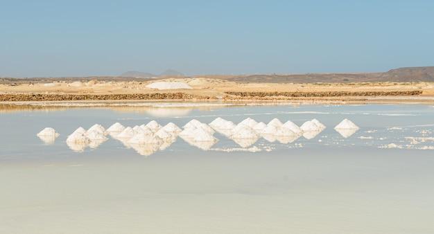 Груды соли на соляной равнине на кабо-верде