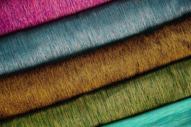Груды тайского шелка разных цветов