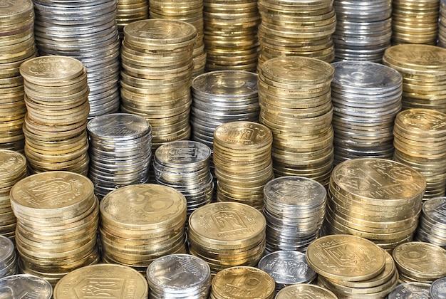 Груды украинских монет фона