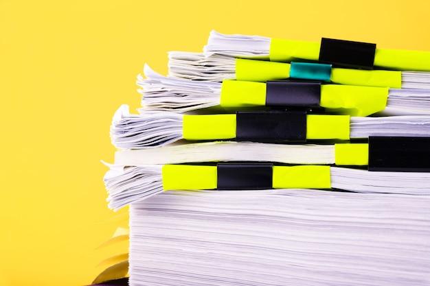 ホワイトペーパーの山は、一緒に積み重ねられた紙の大きな山を処理します