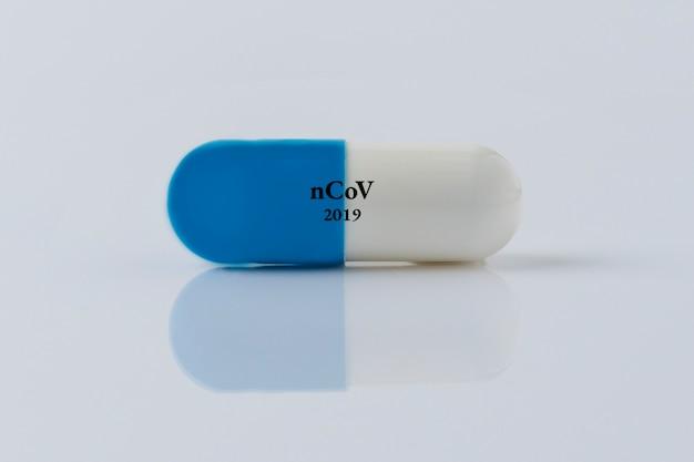 Pillola per la malattia virale su sfondo bianco