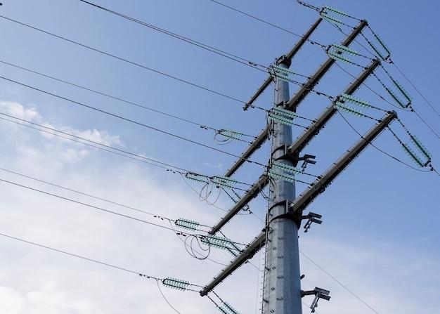 Столб и линии электропередач на фоне облачного неба 2