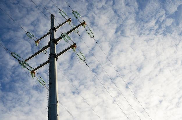 Столб и линии электропередач на фоне облачного неба 3