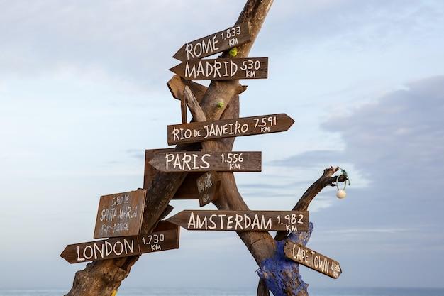 거리 표지판에 표시된 세계의 다른 수도에 대한 방향이있는 기둥