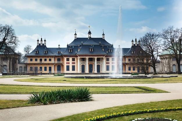 ドイツのピルニッツ城と公園。春のドレスデン。