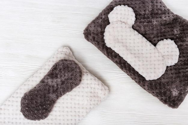 Подушка и маска для глаз для сна на белом фоне