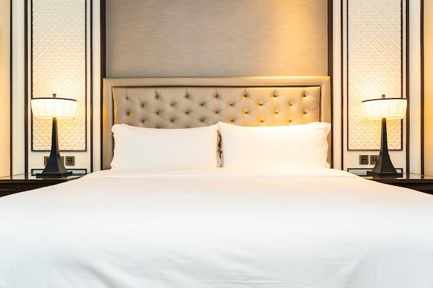 Cuscino sull'interno della decorazione del letto della camera da letto