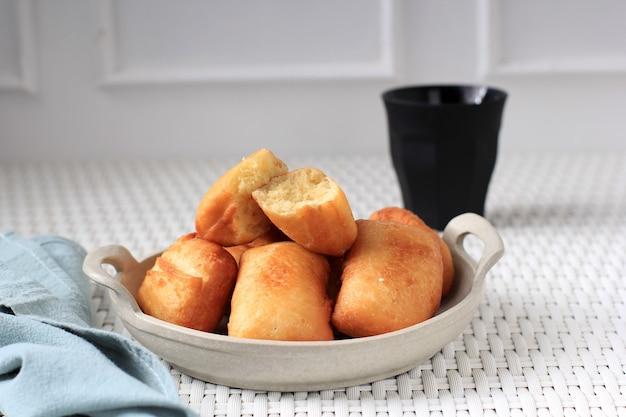 Pillow bread 또는 odading은 서부 자바 반둥의 인도네시아 길거리 음식입니다. 밀가루, 계란, 우유 및 효모로 만든 roti bantal