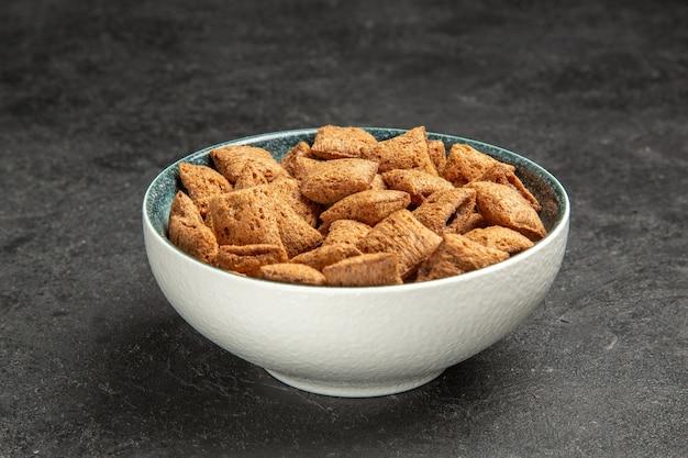 Подушка печенье внутри тарелка на темноте