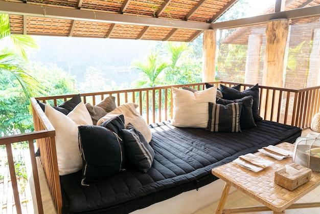 枕はバルコニーテラスのソファに飾る