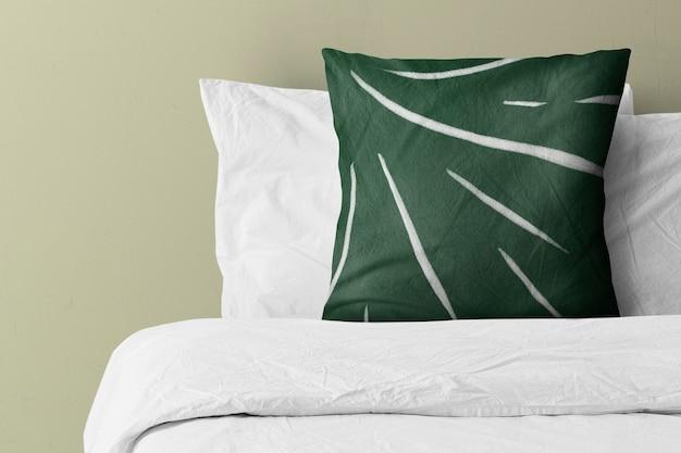 緑の模様のベッドの上の枕