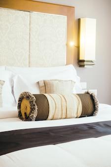 Подушка на кровати