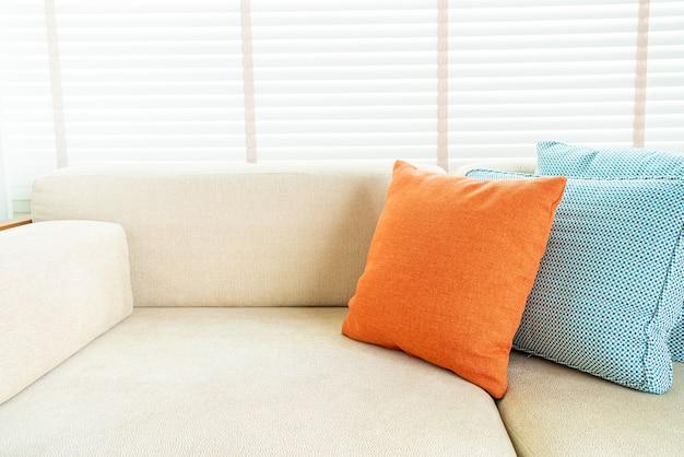 リビングルームのソファと椅子の装飾の上に枕
