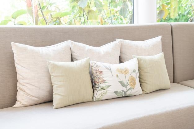 Подушка на диван и украшение стула в гостиной