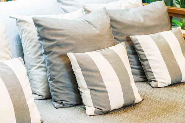 リビングルームのソファの装飾の上に枕