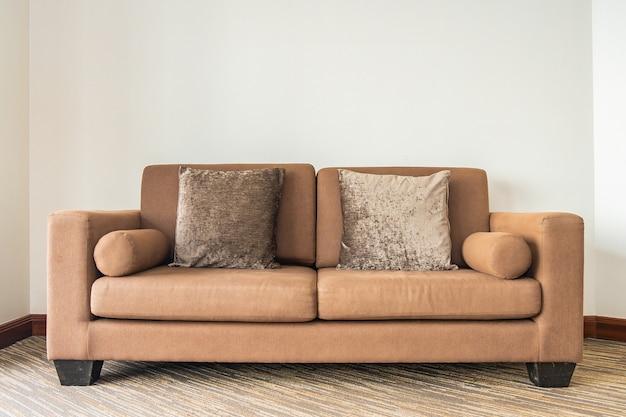 リビングルームエリアのソファ装飾インテリアの枕