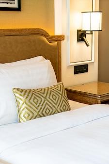 Украшение подушек на кровати в спальне отеля