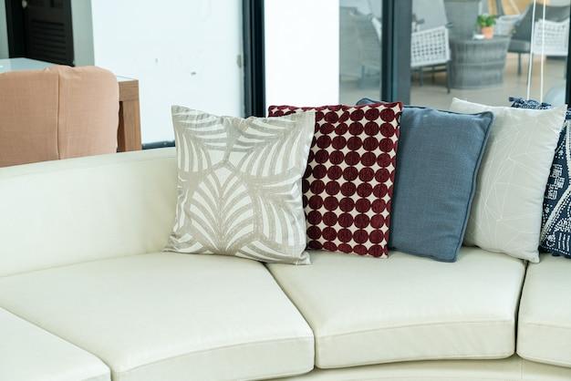 Украшение подушек на диване в гостиной