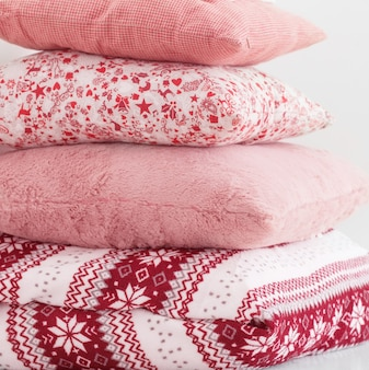 背景の白い壁の枕