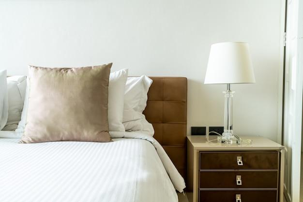 寝室のインテリアでベッドの枕